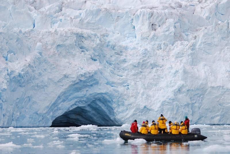 Zodiac cruise glacier, Spitsbergen, Polar bear cruise